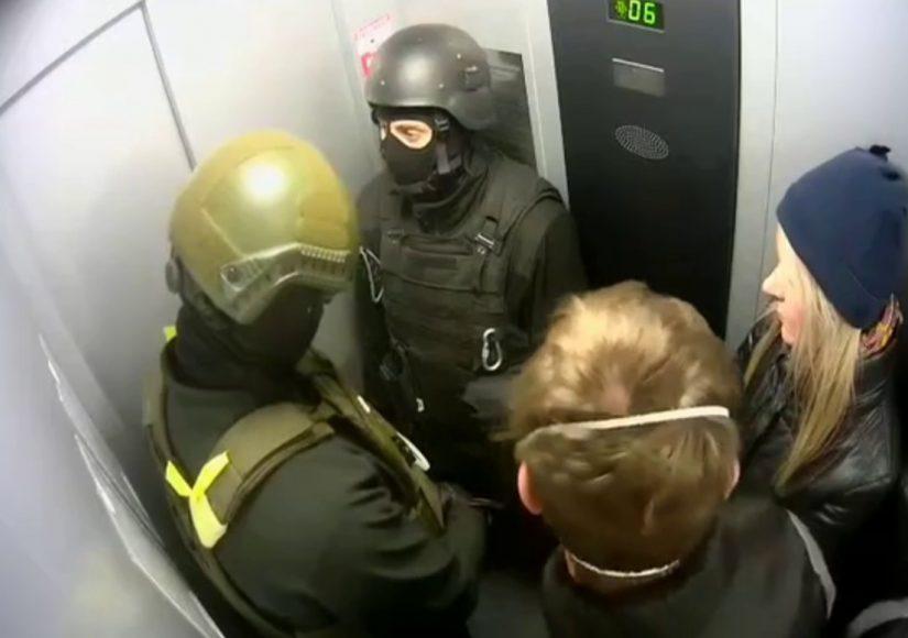 Силовики в лифте дома на