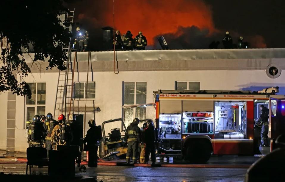 Загоревшийся склад на Амурской улице 22 сентября 2016 года Артем Коротаев / ТАСС / Scanpix / LETA