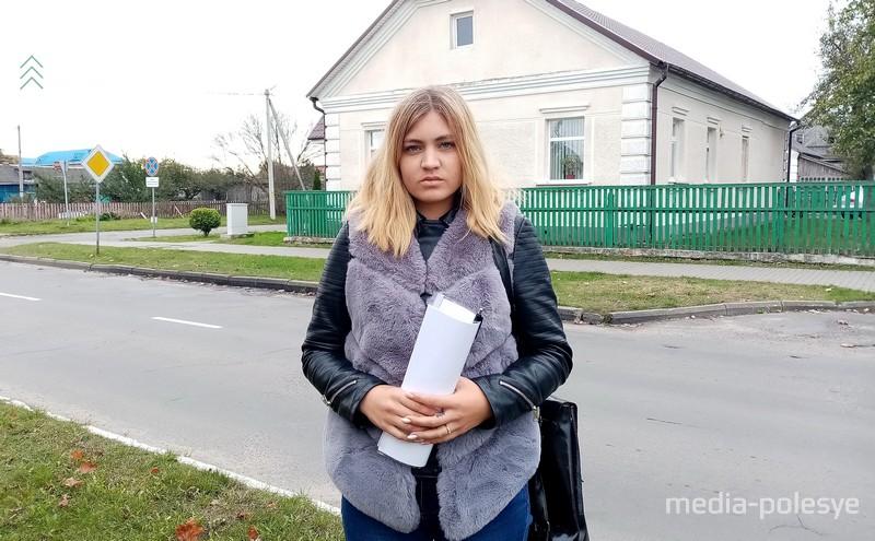 Оксана Добриянец у здания прокуратуры Столинского района