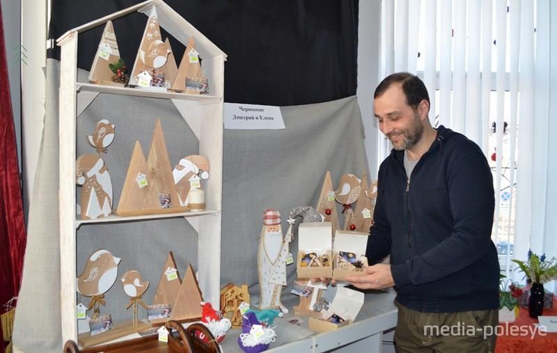Дмитрий Черноокий демонстрирует работы своих дочерей-школьниц