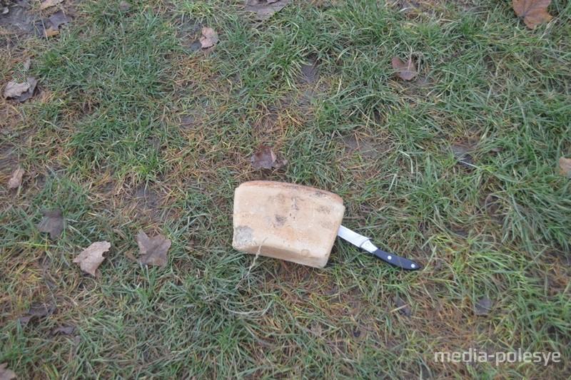 Хлеб на обочине с ножом