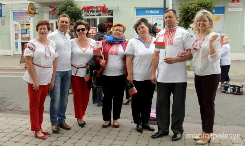 Валентина Кулак (в центре) на параде вышиванок в Пинске 3 июля 2018 года. Фото Василия Мацкевича