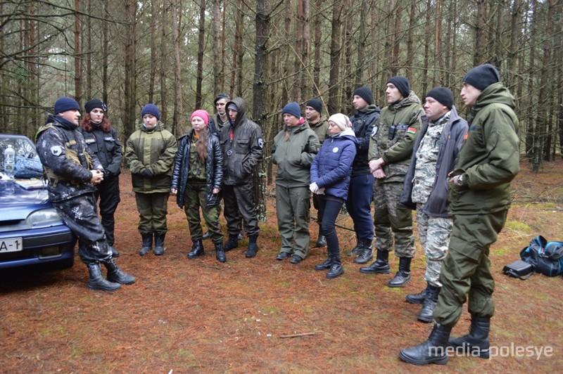 Инструктаж проводит основатель и руководитель поисково-спасательного отряда Сергей Крупенков