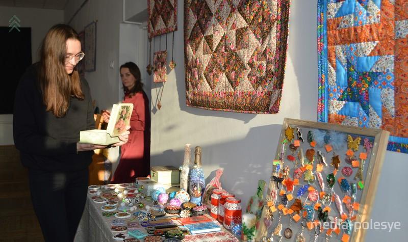 Посетители с удовольствием рассматривают удивительные творения рук Елены Гнедько и её дочери Виктории Глушкевич