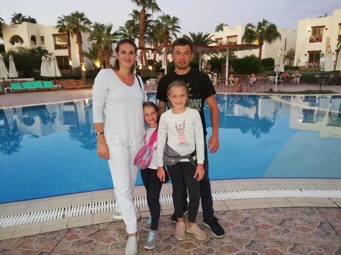 Руслан с женой и дочерьми
