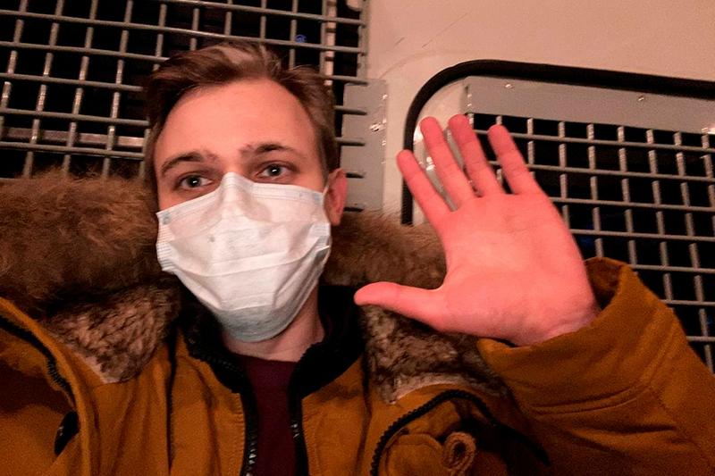 Корреспондента РБК Антона Фейнберга задержали на Комсомольской площади. «Полицейский сказал «того в оранжевой куртке», двое приняли, заломили руки, увели», — передает он из автозака / Фото: РБК