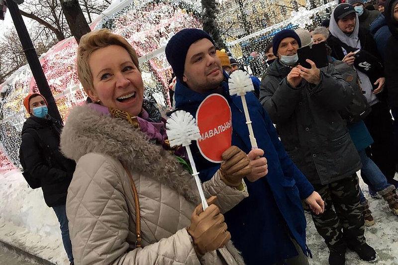 Известная актриса и ведущая Татьяна Лазарева также пришла на митинг с ершиком