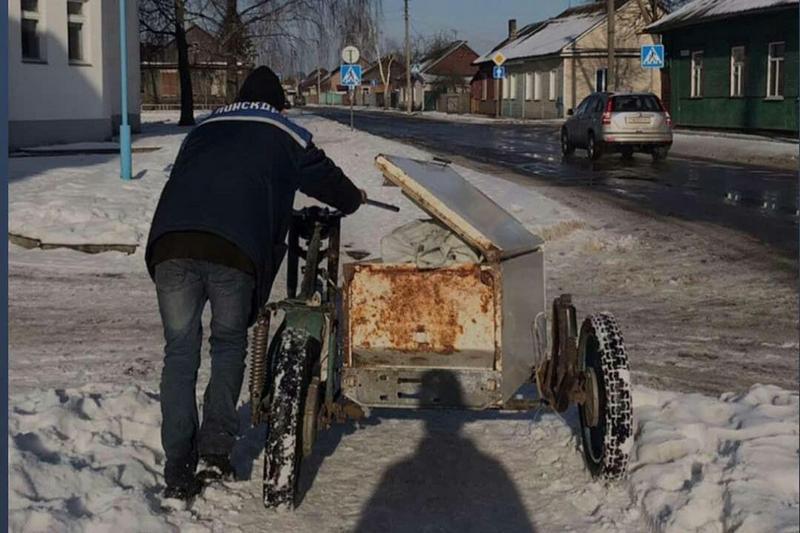 «А это новый вид грузоперевозок. Данный вид транспорта имеет, как видите, прицеп с холодильником. Где в зимнюю пору его просто порой выветривают для усиления работы в летнюю погоду. Такие чопперы могут позволить себе обычные рабочие в Беларуси» @grishps