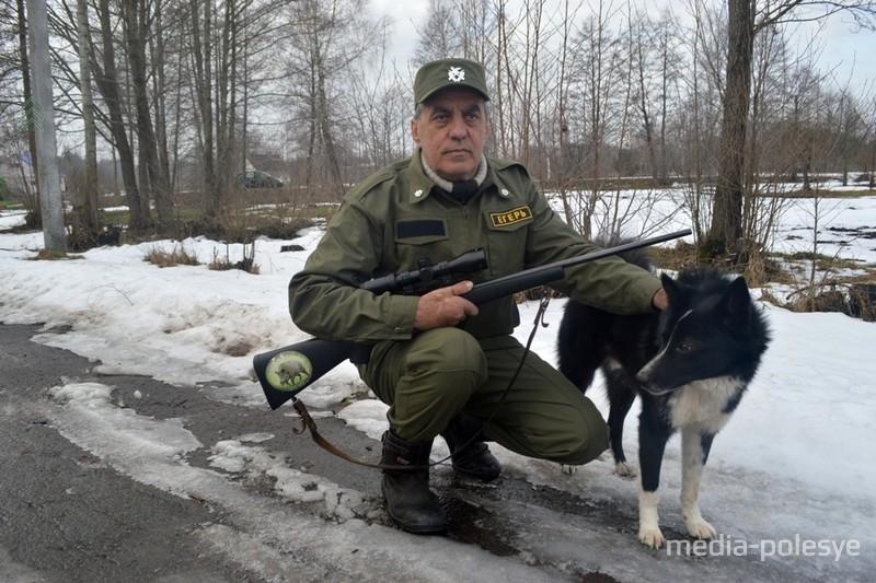 Егерь Владимир Шийч с верным охотничьим псом Рексом