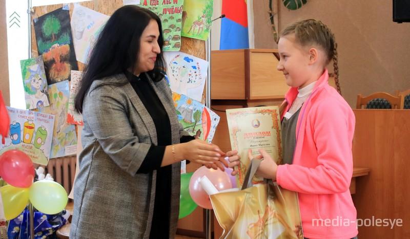 Диплом 1 степени вручается учащей 4 класса Мирославе Финке