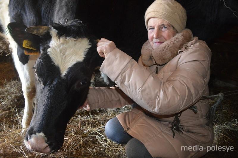 Ольга Лущик с одной из своих бурёнок