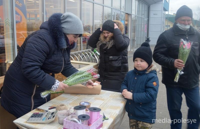 Маленький Алексей покупает цветы для мамы