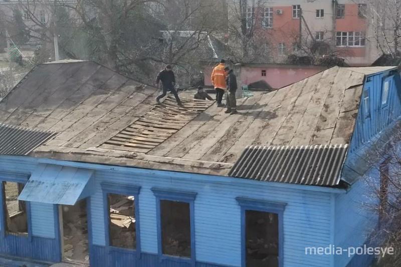 Один из домов во время сноса