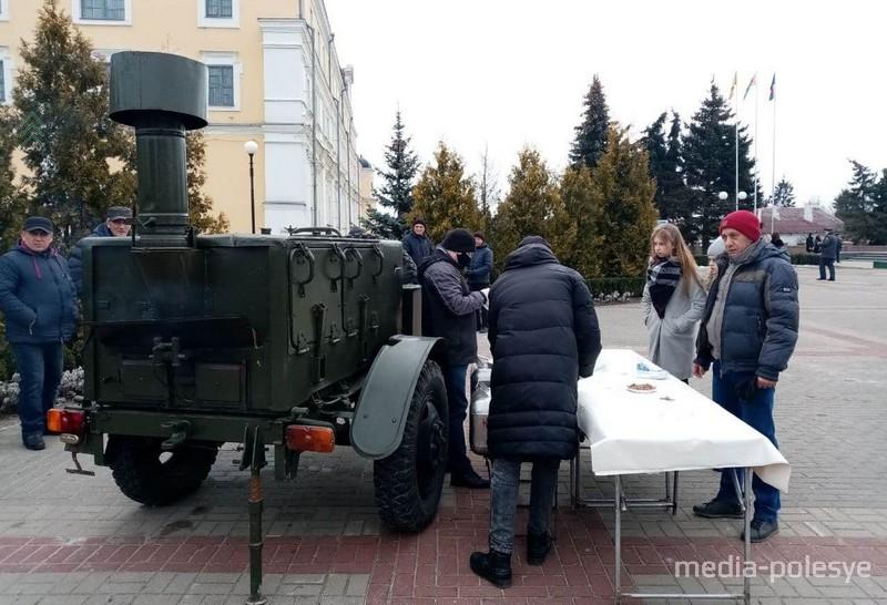 Народ угощают гречневой кашей