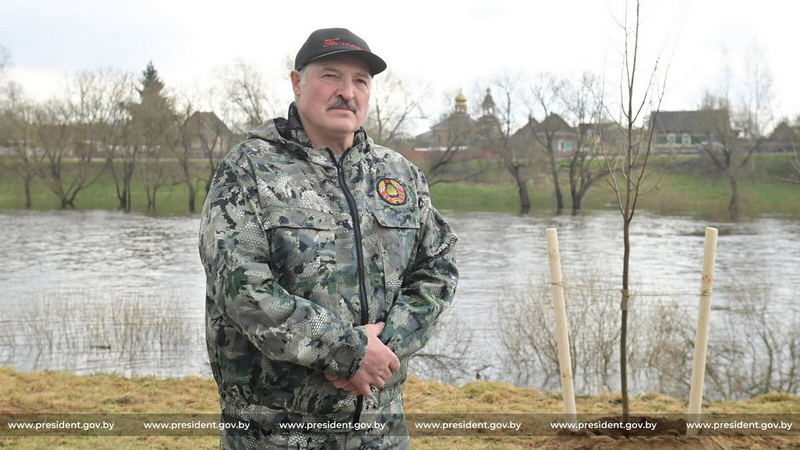 Александр Лукашенко во время субботника в Александрии 17 апреля 2021 года / Фото: president.gov.by