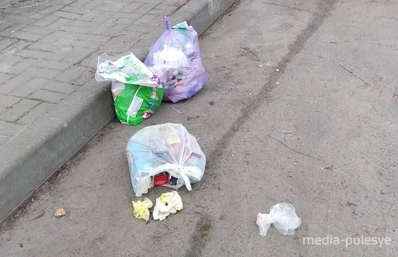 На Припятской, 21 поставили два дополнительных контейнера, но мусор бросают мимо