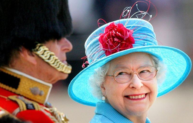 Это фото сделано в 2009 году во время ежегодной церемонии выноса знамени в честь дня рождения королевы - Trooping the Colour Parade. Приближенные четы говорят, что принц Филипп нередко смешил королеву в разгар официальных мероприятий / Фото: PA