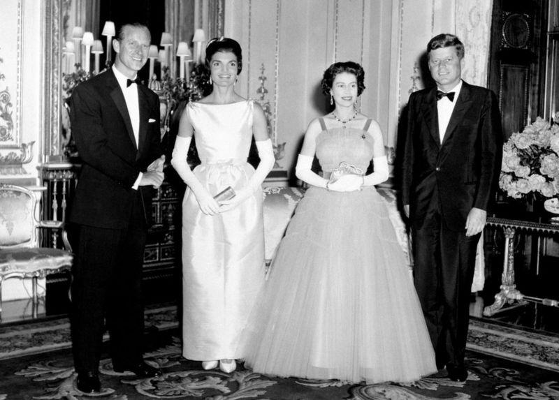 С Джоном и Джеки Кеннеди на приеме в Букингемском дворце. Всего за свою жизнь принц Филипп вместе с королевой принял в Лондоне 18 американских президентов / Фото: PA