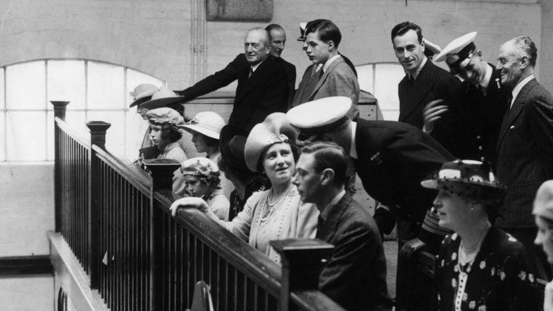 Принцесса Елизавета (третья слева) в часовне Королевского военно-морского колледжа в Дартмуте со своими родителями в июле 1939 года. На этой же фотографии молодой кадет, принц Греции и Дании Филипп (стоит второй справа) / Фото: Getty Images
