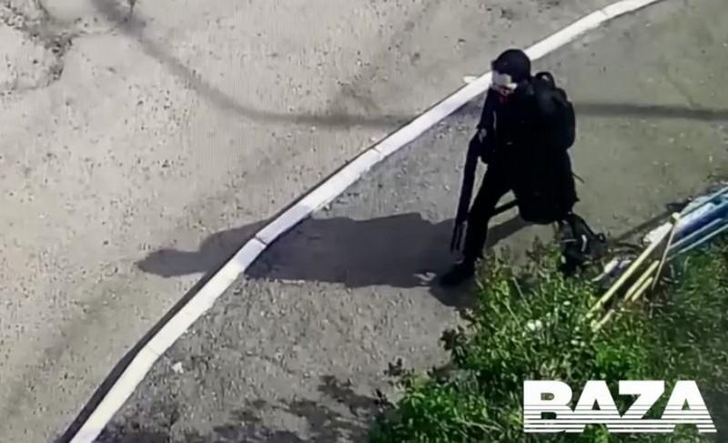 Галявиев с оружием по дороге к гимназии