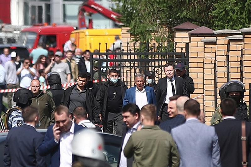 Глава Республики Татарстан Рустам Минниханов (второй справа на дальнем плане) / Фото: © Егор Алеев/ТАСС