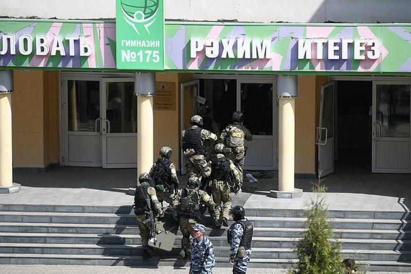 Сотрудники ФСБ у школы № 175 / Фото: © Егор Алеев/ТАСС