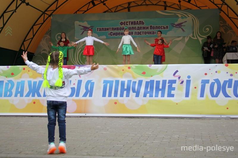 Дети танцевали и на сцене и возле неё
