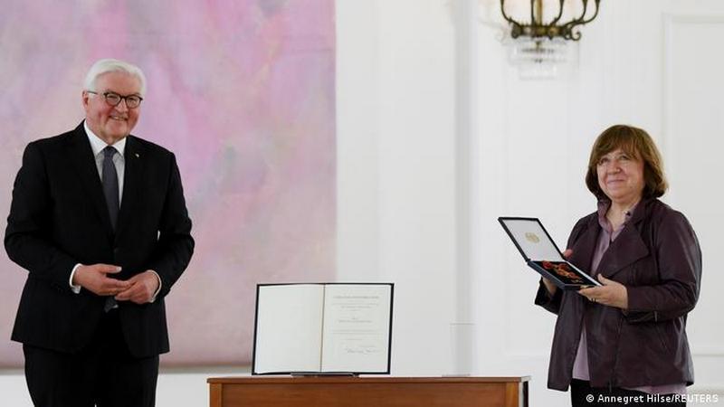 Президент ФРГ Франк-Вальтер Штайнмайер и Светлана Алексиевич во время церемонии награждения в Берлине 15 июня 2021 года