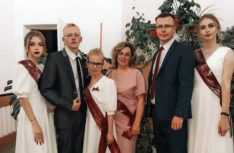 Выпуск 2021 Теребежовской СШ. Кристина Гречко на снимке справа. Фото с сайта Теребежовской СШ