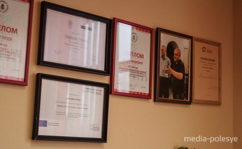 В офисе «Медиа-Полесья» на стенах – десятки дипломов журналистов за призовые места в профессиональных конкурсах