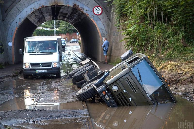 Масштабное наводнение парализовало улицы Одессы / фото УНИАН, Александр Гиманов