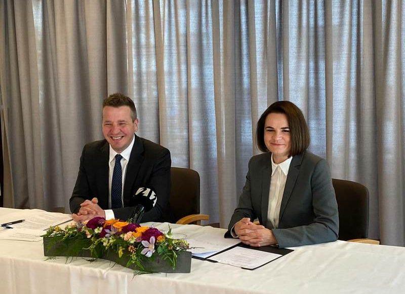 Светлана Тихановская и глава МИД Исландии Гудлёйгур Тор Тордарсон. Фото: штаб Тихановской