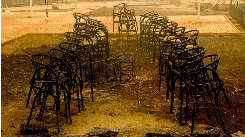 Последствия пожара в районе Долмазлара в Анталье - огонь уничтожил туристическую инфраструктуру, включая это кафе. Фото Anadolu Agency