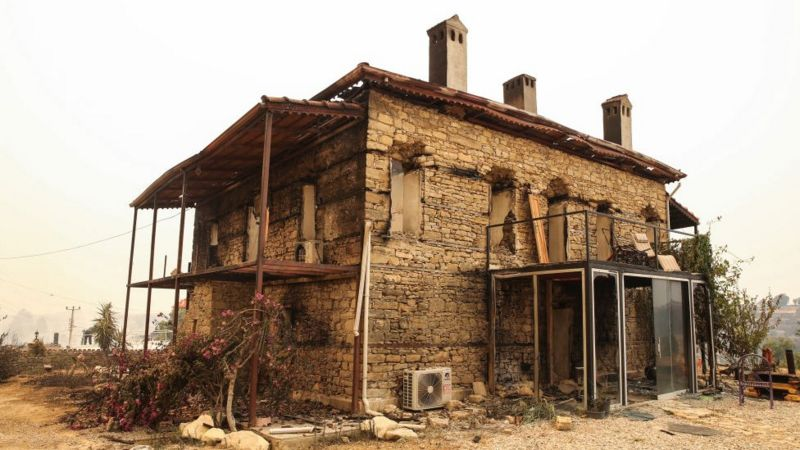 В результате пожаров было уничтожено по меньшей мере 20 жилых домов. Без крыши над головой, по официальным оценкам, осталось около 500 человек. Фото Anadolu Agency