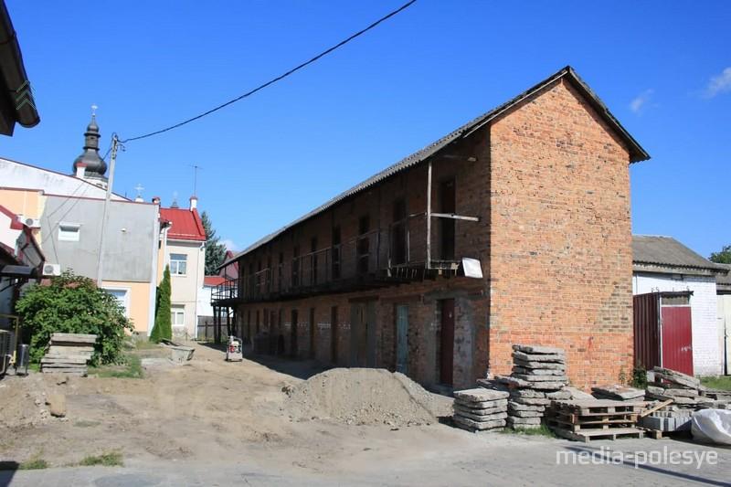 Двухэтажный сарай из красного кирпича остаётся на прежнем месте.