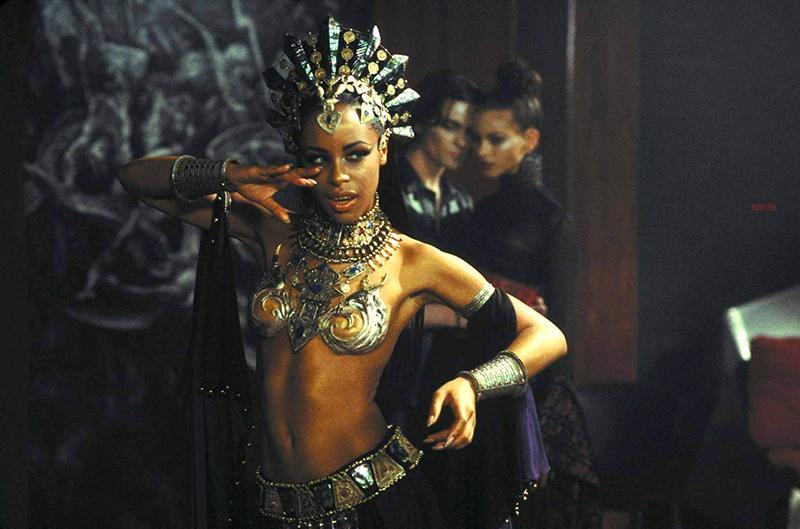 Алия в роли Акаши на кадре из фильма «Королева проклятых»