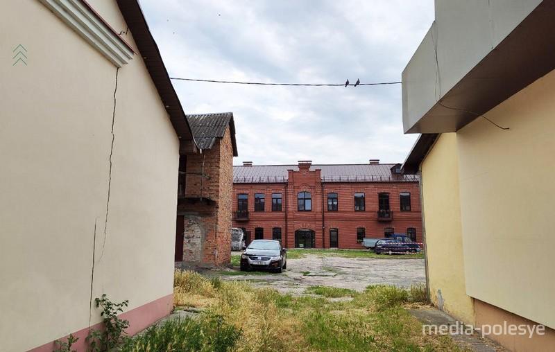 Слева от здания гостиницы находятся гаражи. Фото из архива МП