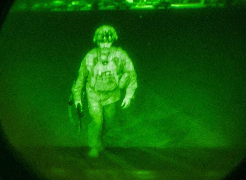 Последний американский военнослужащий уходит из аэропорта Кабула. Фото: Минобороны США