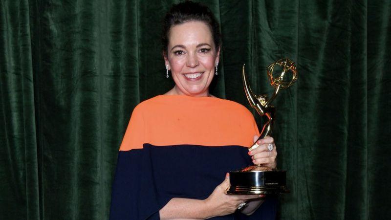 АВТОР ФОТО,GETTY IMAGES, Оливия Колман наблюдала за церемонией награждения из офиса Netflix в Лондоне