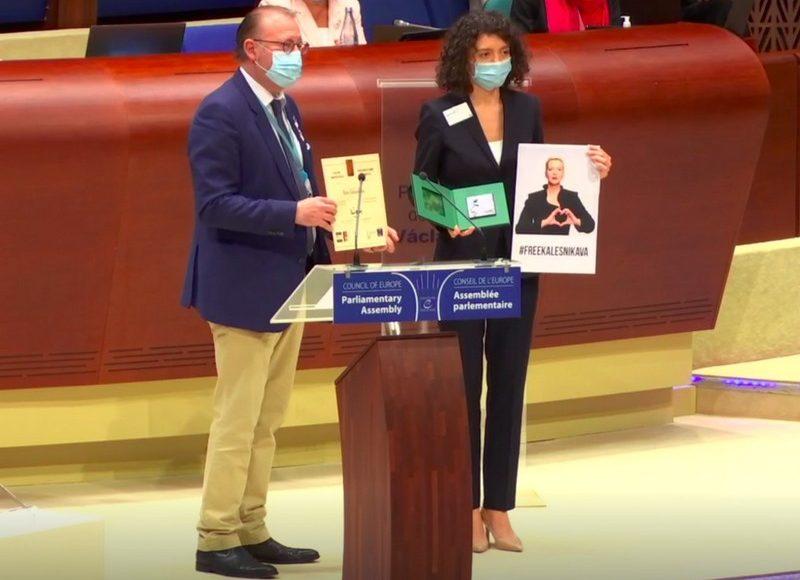 Татьяна Хомич и председатель ПАСЕ Рик Дамс. Скриншот видео