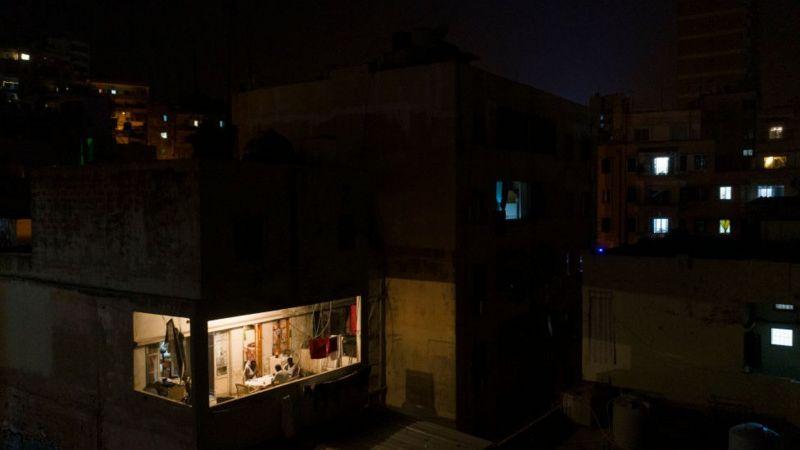 Фотография сделана в августе этого года. Свет в окнах у людей с дизельными генераторами / АВТОР ФОТО,GETTY IMAGES