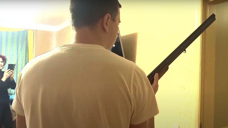 Видео в комнате снимала супруга Андрея Зельцера на телефон. Другая камера была установлена за его спиной. Фото БелТА